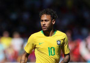 """Brésil : Roberto Carlos annonce un """"feux d'artifices"""" de Neymar"""